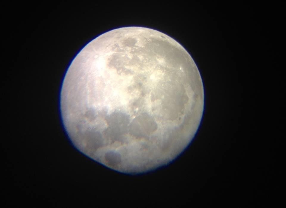 「大きな満月」と、月から見た「地球の出」